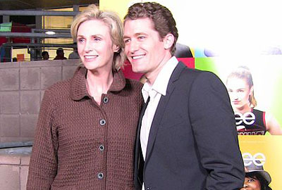 Jane Lynch & Matthew Morrison at 'Glee' premiere party (Photo: Kristin Dos Santos - Source: Wikimedia Commons)