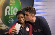 Zac Efron Surprises Simone Biles and Final Five at Rio 2016 (PHOTOS)