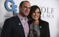 Mariska Hargitay and Christopher Meloni Share Christmas Selfie (PHOTO)